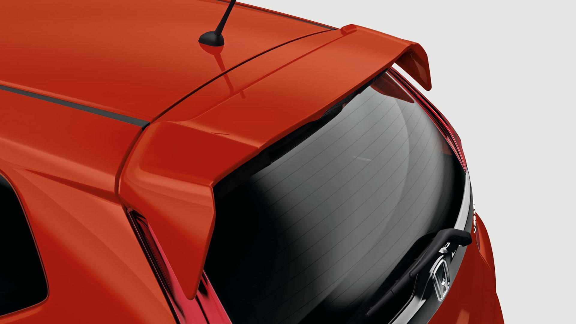 Detalle del alerón en la puerta trasera en el Honda Fit 2019 en Milano Red.