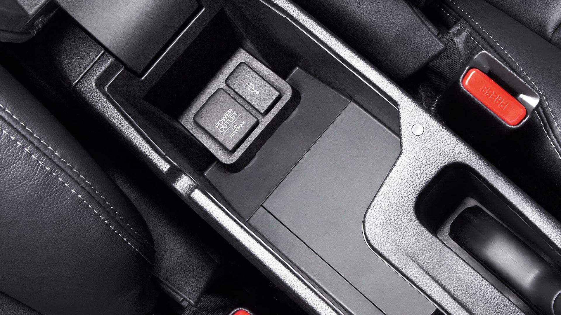 Detalle del puerto USB en la consola central abierta en el Honda Fit EX-L2019 con Black Leather.