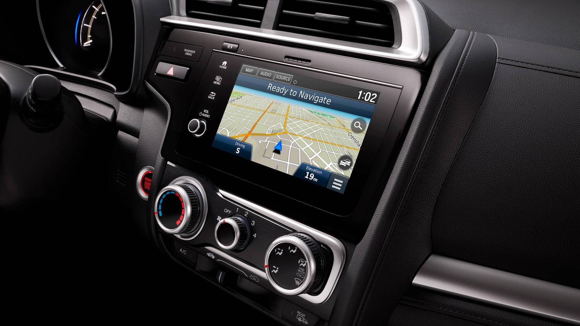 Detalle del sistema de audio en pantalla con Honda Satellite-Linked Navigation System™ en el Honda Fit2019.