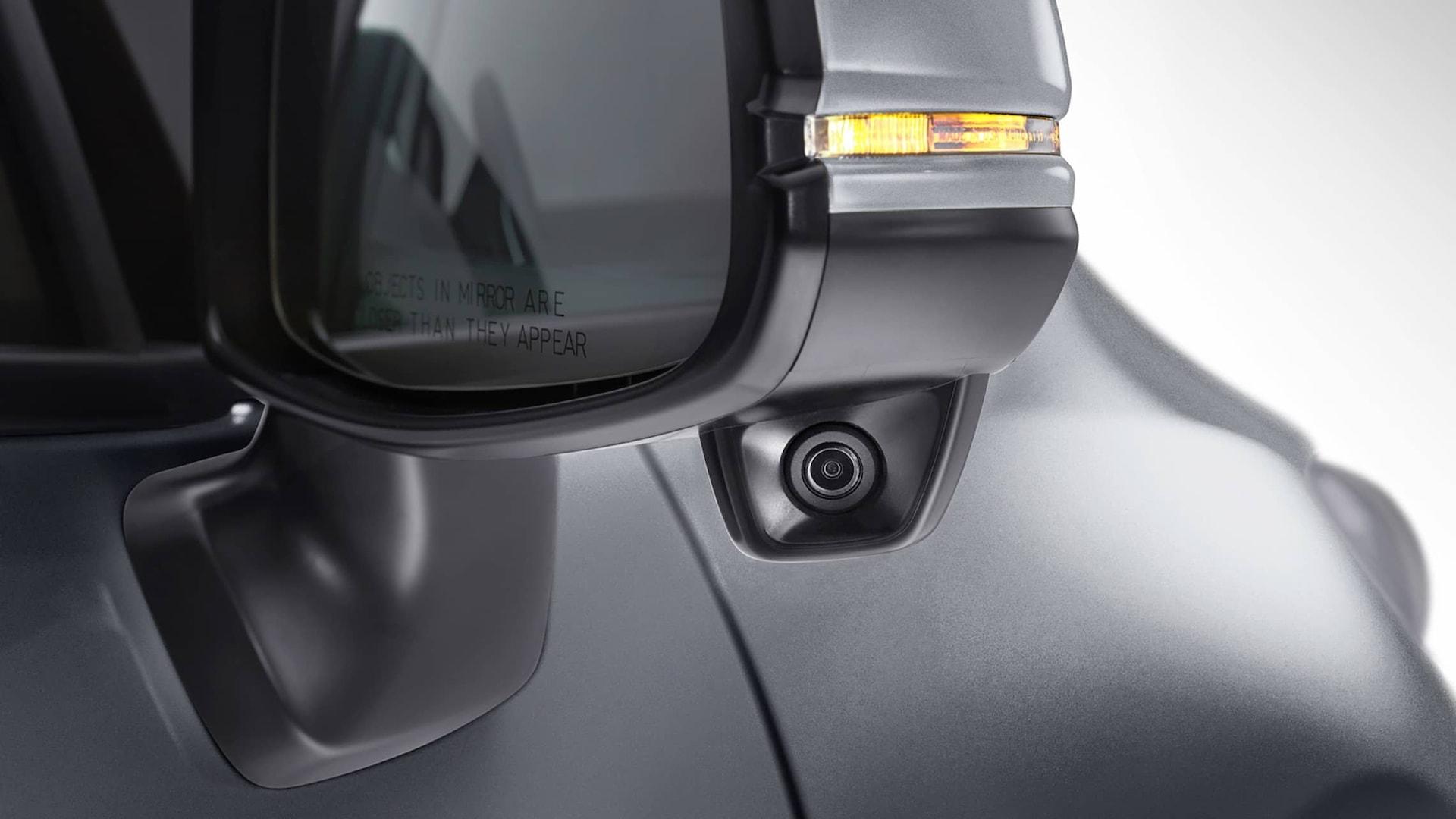 Vista en primer plano exterior de la característica Honda LaneWatch™ en el espejo del lado del pasajero en el Honda Fit EX-L2019.
