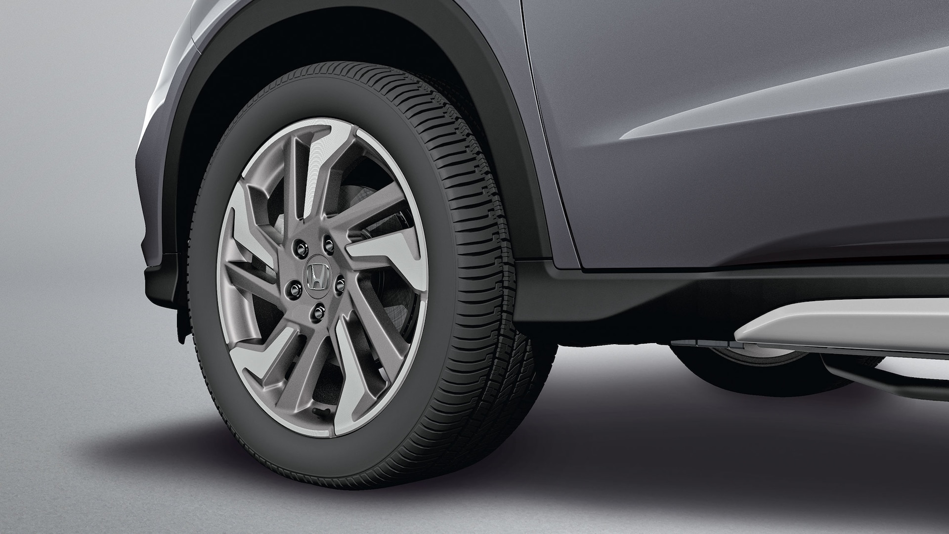 Accessory 18-inch alloy wheel detail on the 2019 Honda HR-V.