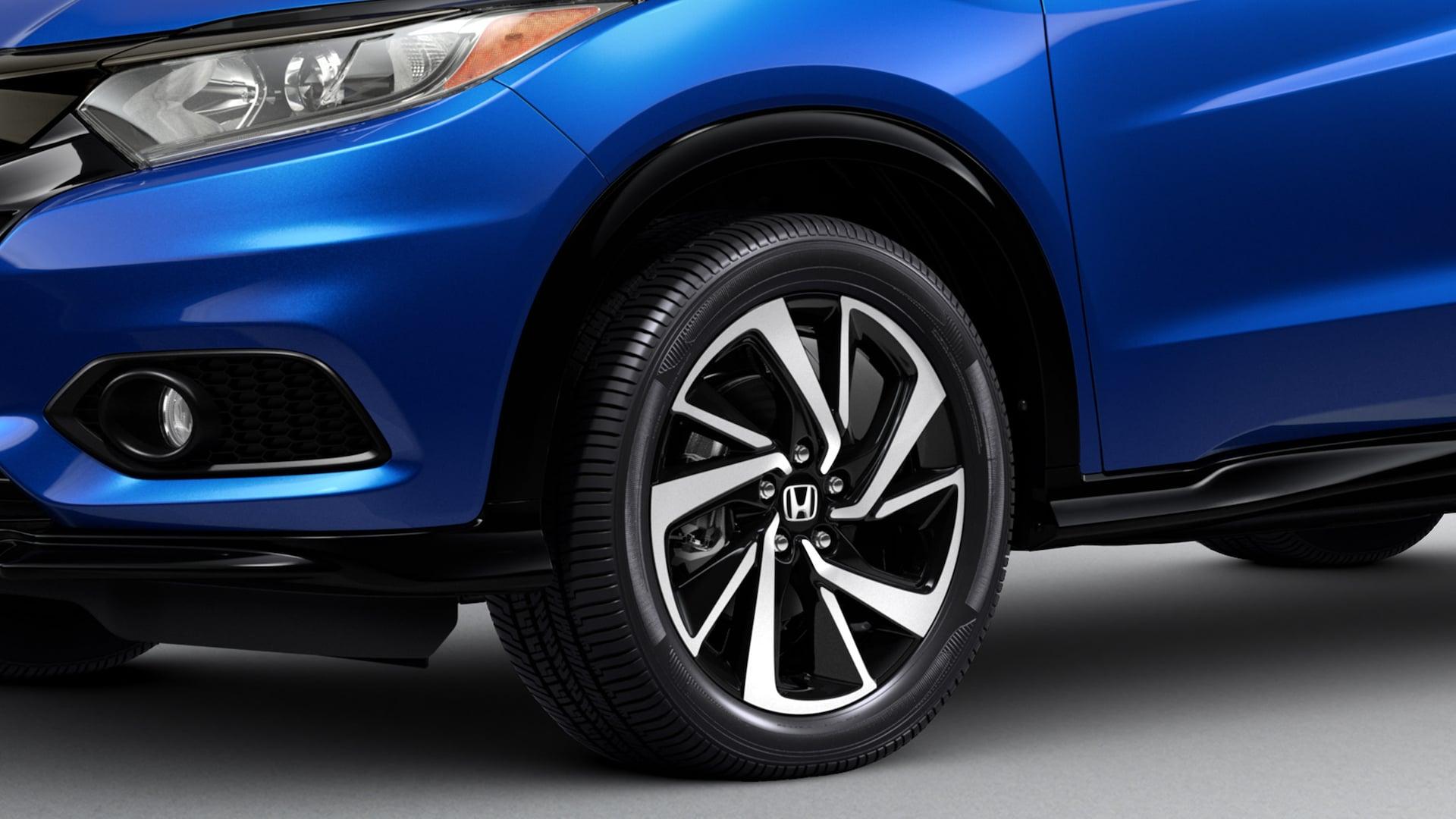 Detalle de las ruedas de aleación de 18 pulgadas de la Honda HR-V Sport 2019 en Aegean Blue Metallic.