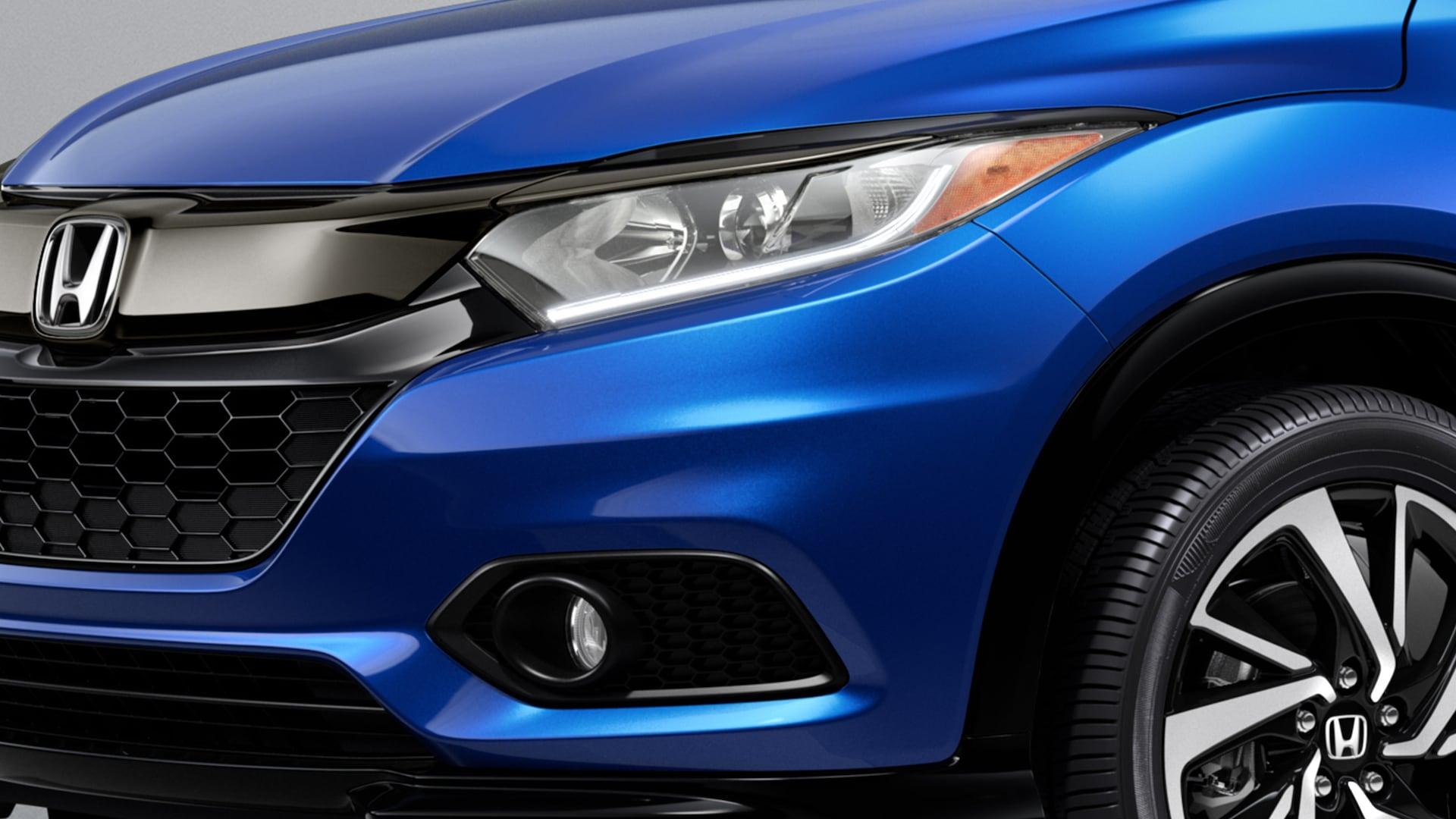 Detalle de las luces de circulación diurna de LED en la Honda HR-V Sport2019 en Aegean Blue Metallic.
