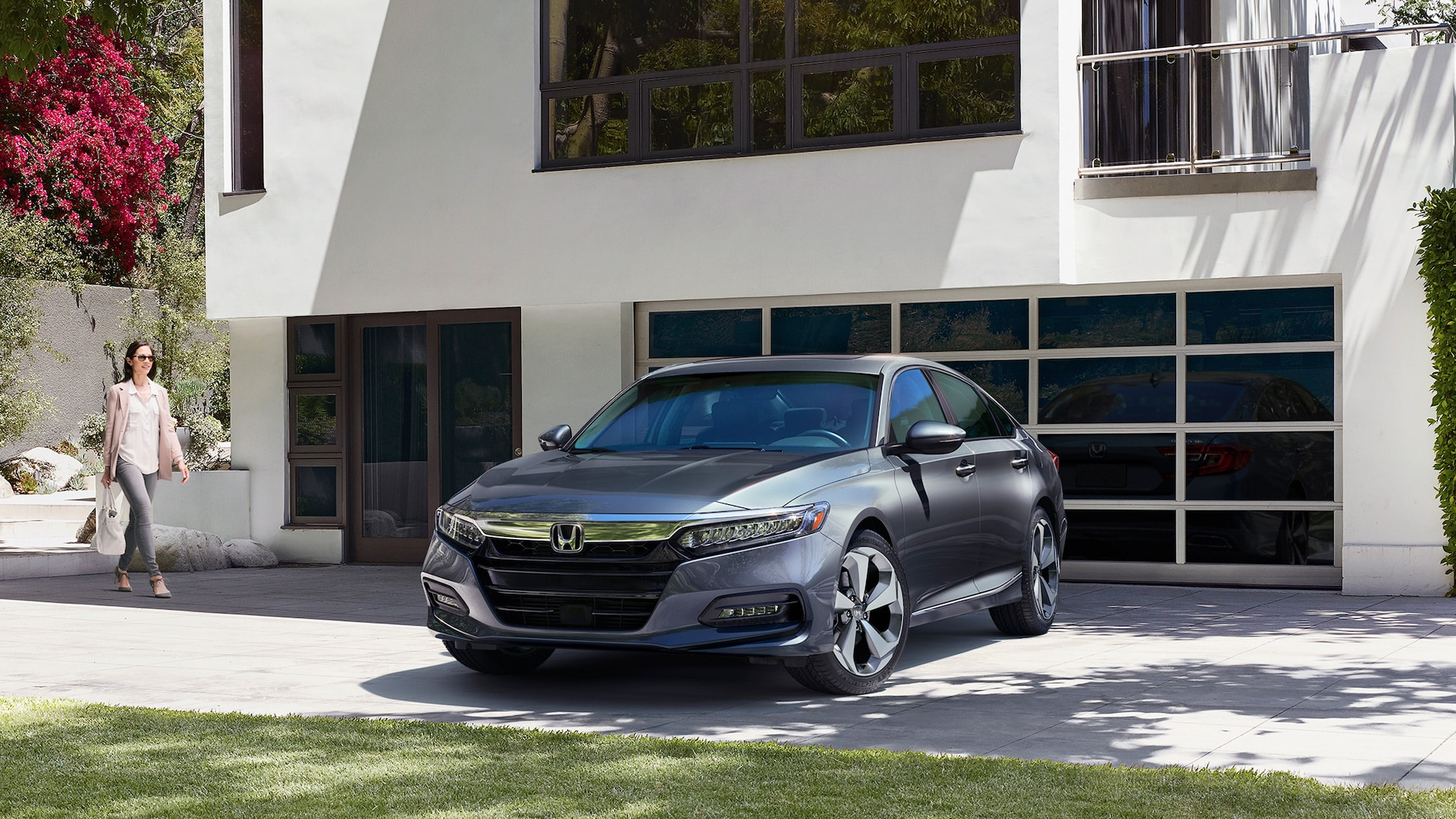 Honda Accord Touring 2.0T 2020 en Modern Steel Metallic, estacionado frente a una casa moderna.