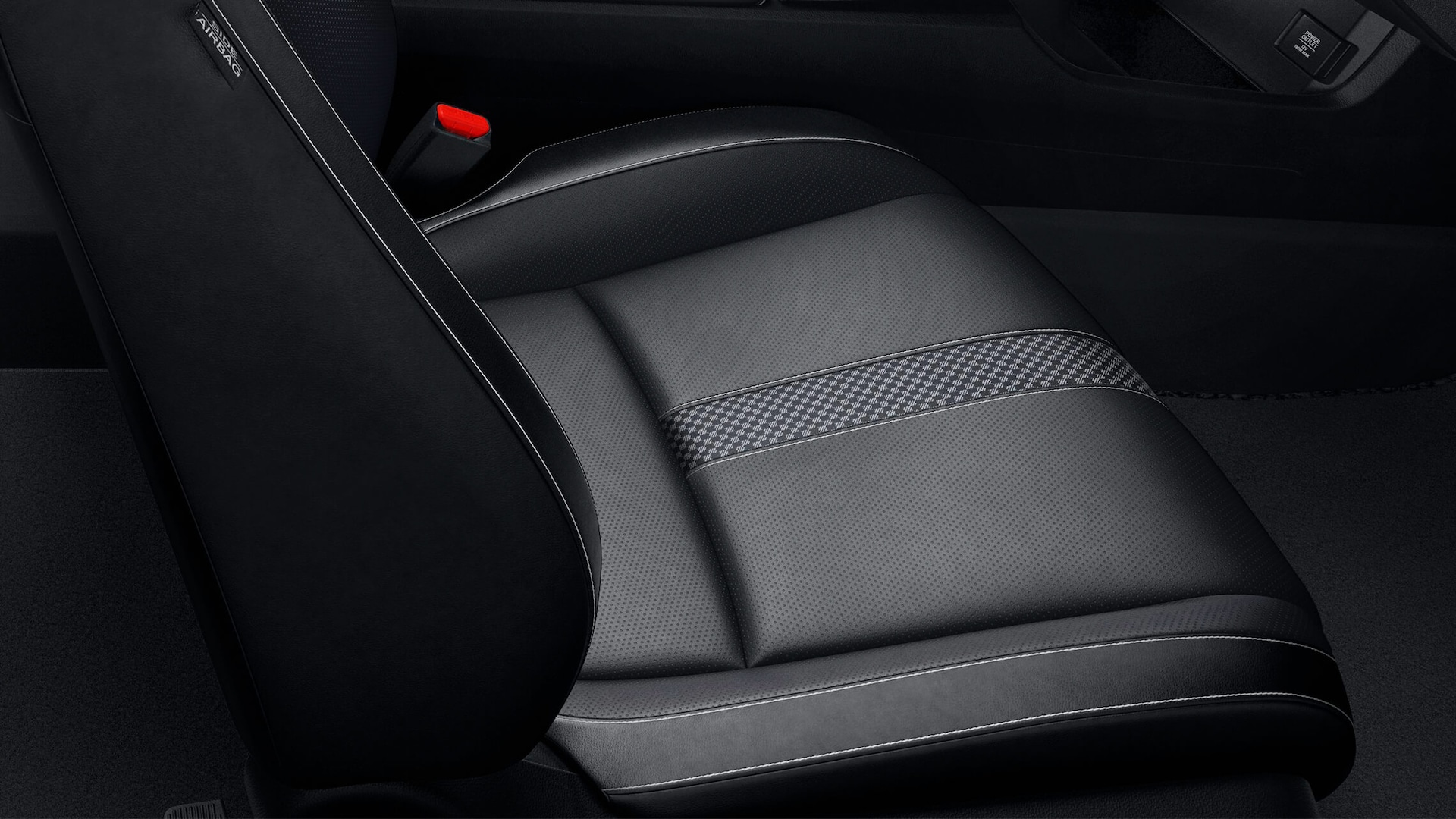 Vista en primer plano de los asientos con detalles de cuero en el Honda Civic Touring Sedán 2020 con cuero Black.