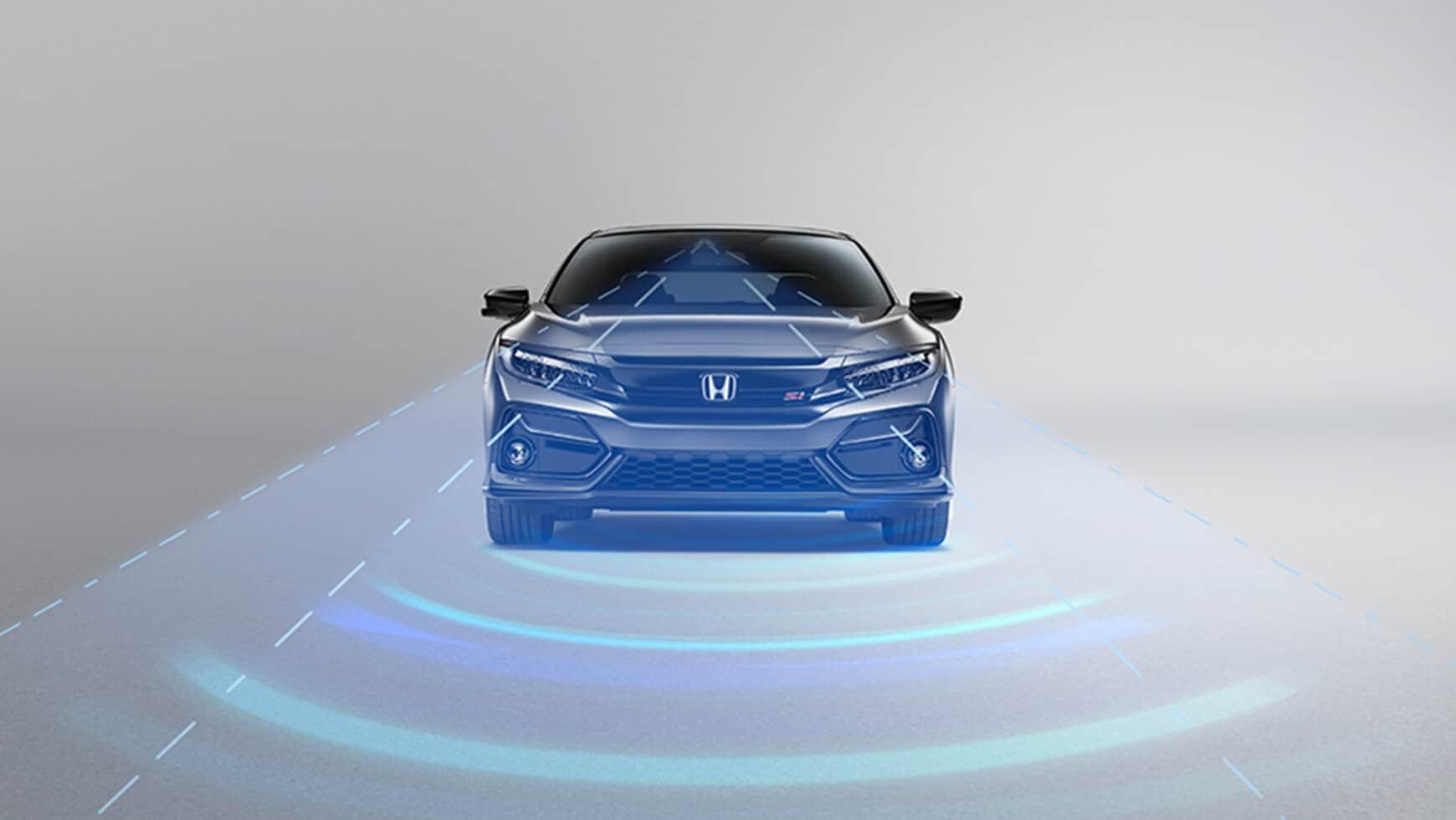 Vista frontal del Honda Civic Si Sedán2020 en Modern Steel Metallic mostrando el control automático de crucero adaptable (ACC).
