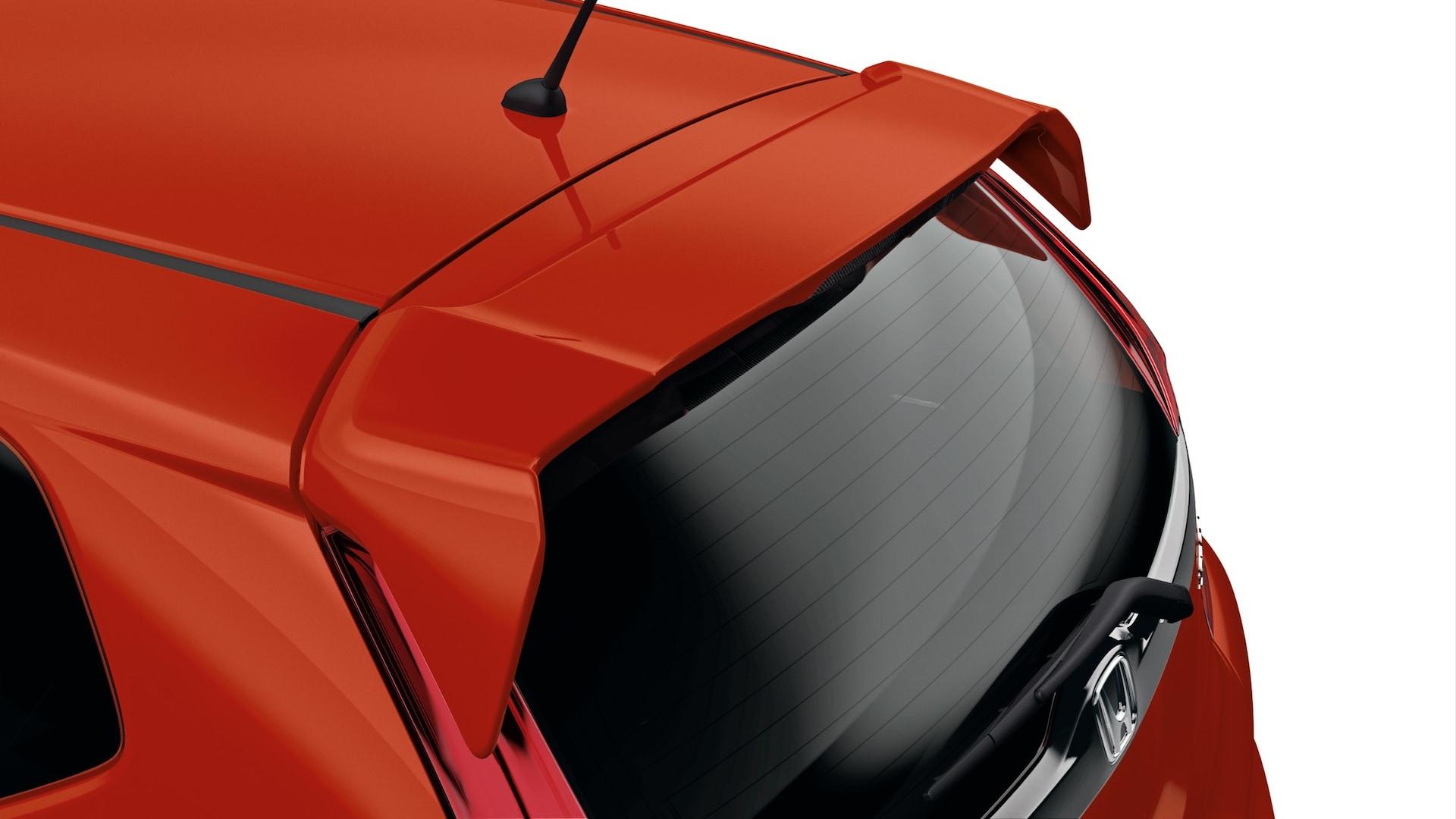 Detalle del alerón en la puerta trasera en el Honda Fit 2020 en Milano Red.