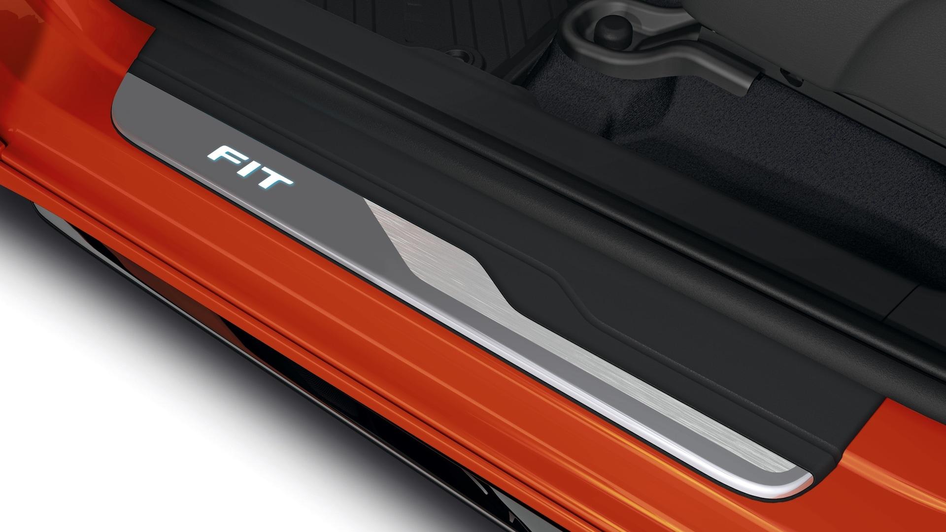 Detalle del umbral de la puerta iluminado en el Honda Fit2020.