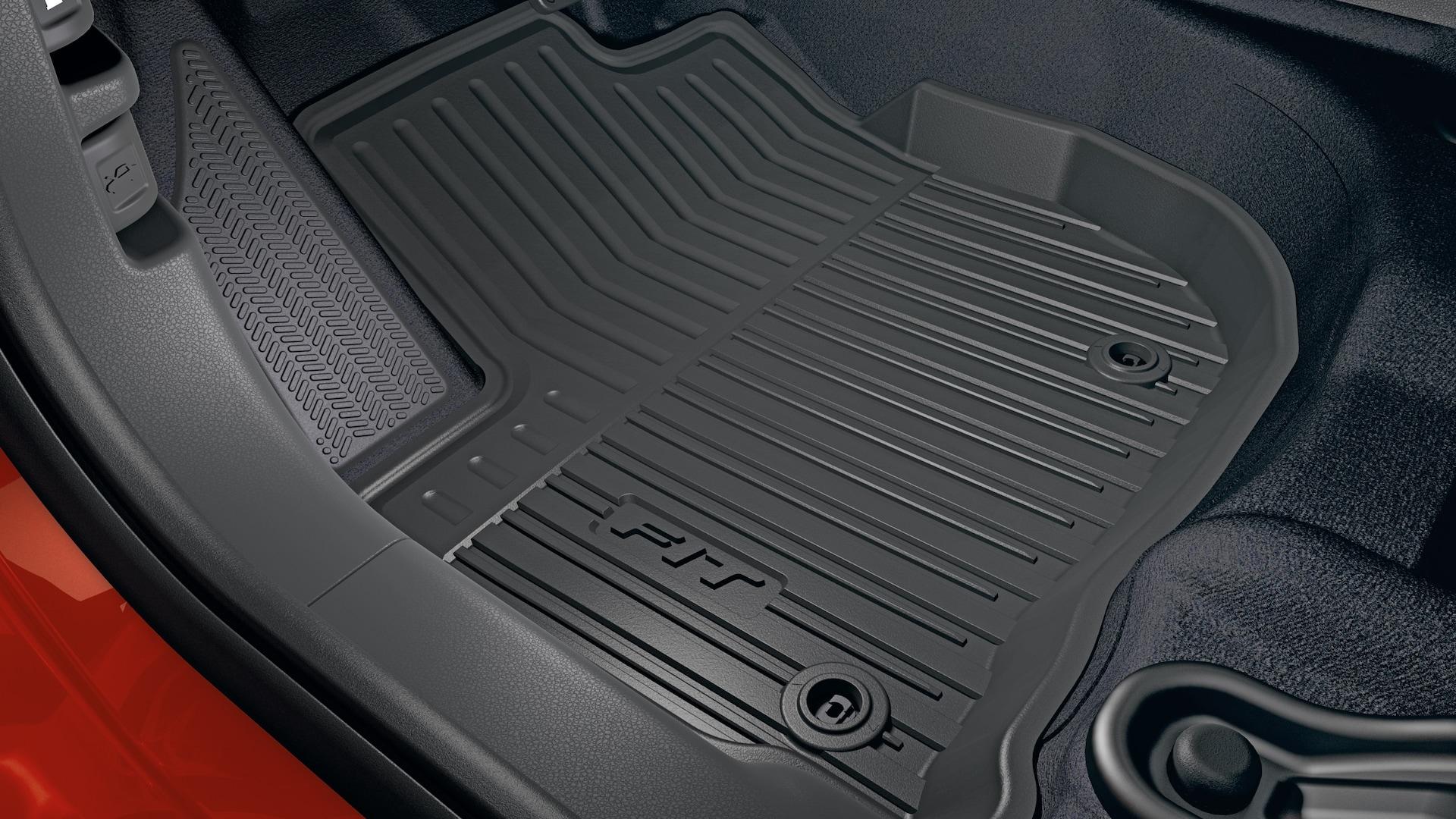 Vista interior del detalle del tapete para todo tipo de clima en el Honda Fit2020.