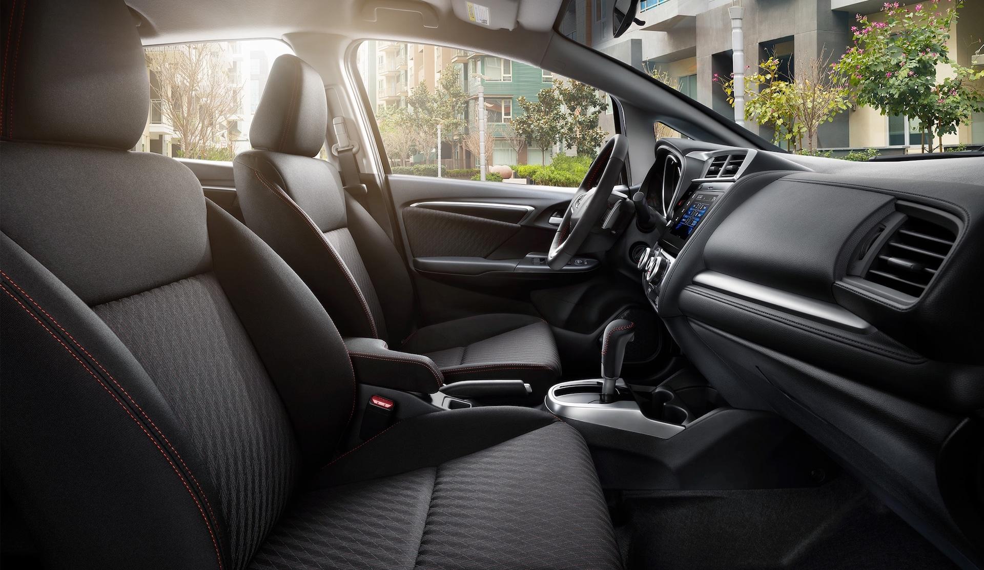 Vista de perfil desde el lado del pasajero del interior del HondaFitSport2020 con Black Cloth.