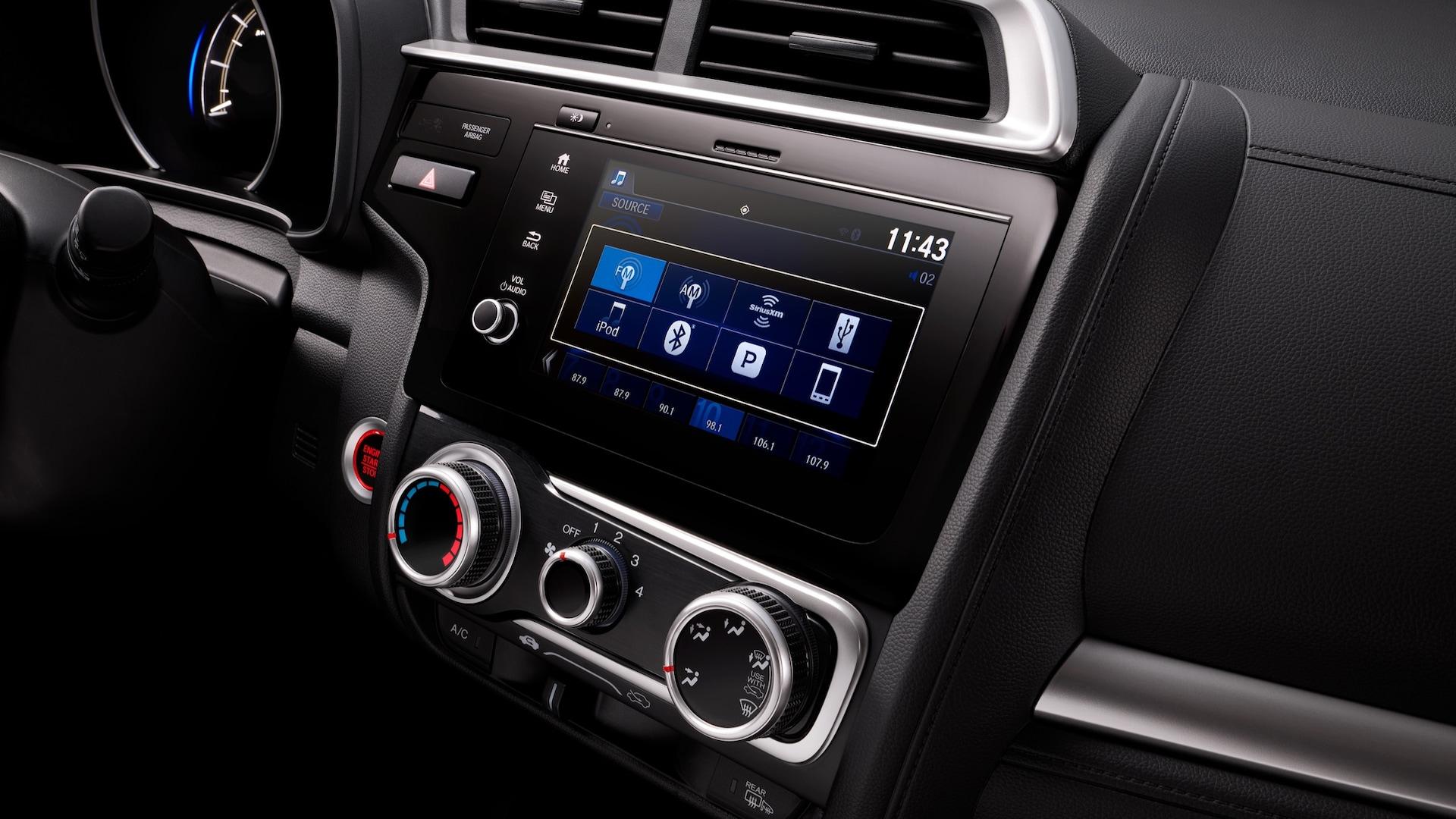 Detalle del sistema de audio en pantalla táctil con la radio en el Honda Fit2020.