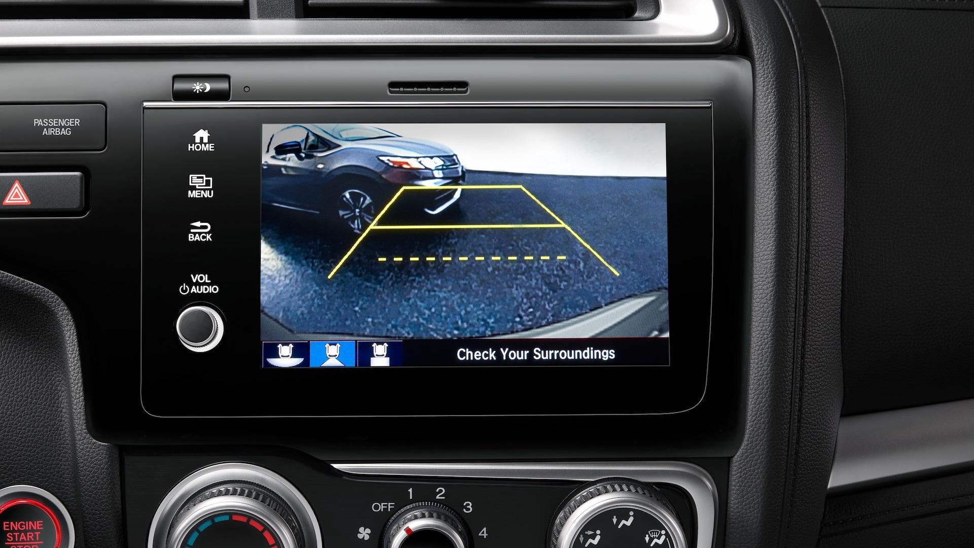 Detalle del sistema de audio en pantalla táctil con la cámara de reversa multiángulo en el Honda Fit2020.