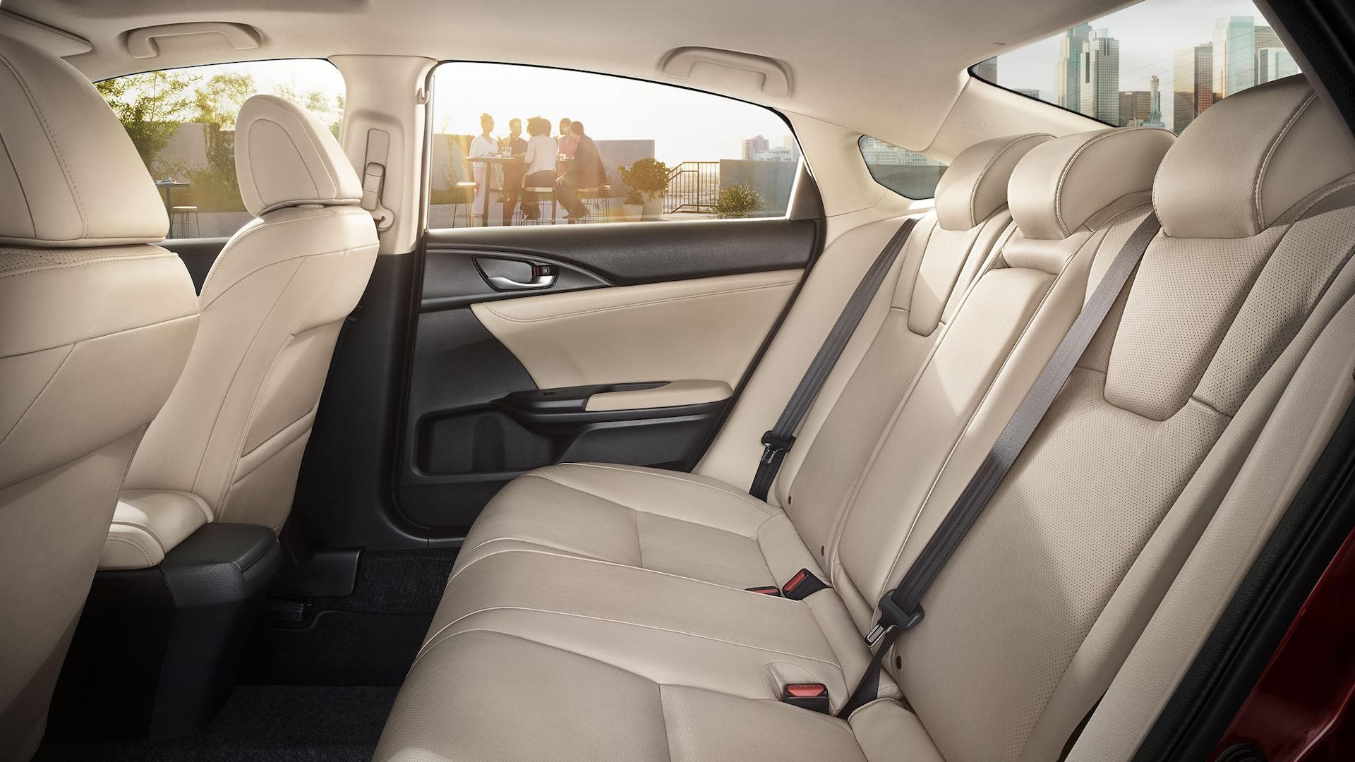 Vista de perfil del interior de los asientos traseros del Honda Insight2020 con interior en Ivory.