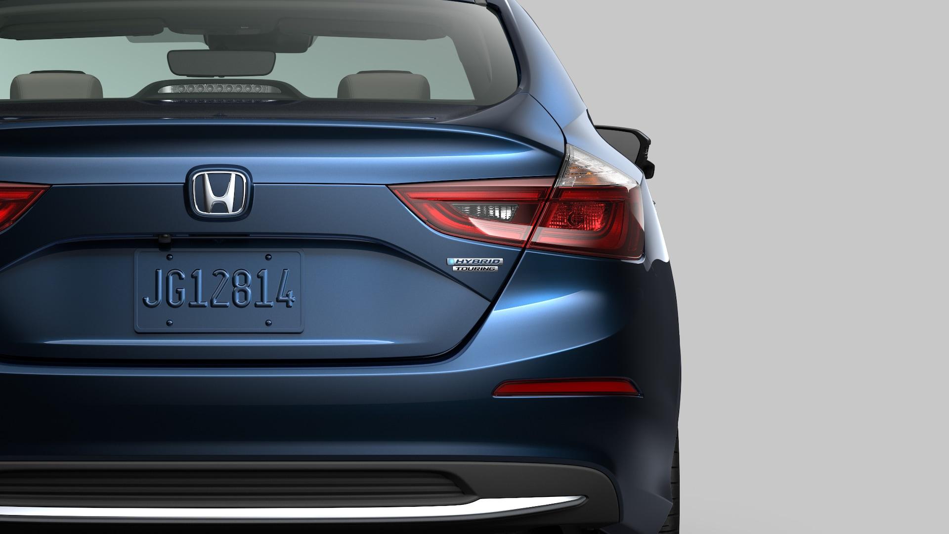 Vista trasera en primer plano del Honda Insight Touring2020 en Cosmic Blue Metallic.