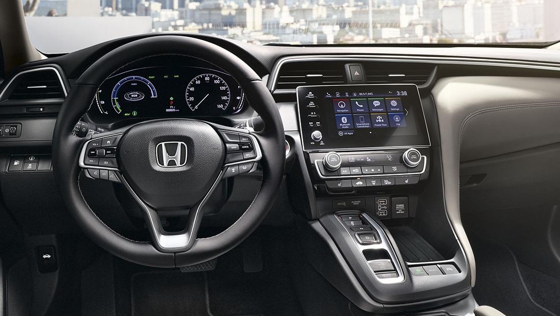 Vista del interior del volante y el tablero en el Honda Insight Touring2020 con interior en Ivory.