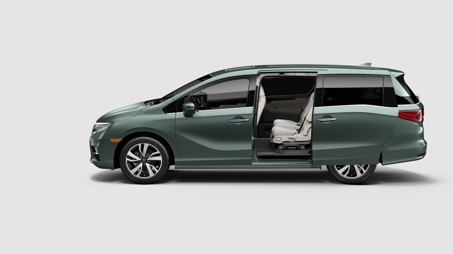 Vista de perfil desde el lado del conductor de las puertas corredizas eléctricas en la Honda Odyssey Elite2020 en Forest Mist Metallic.
