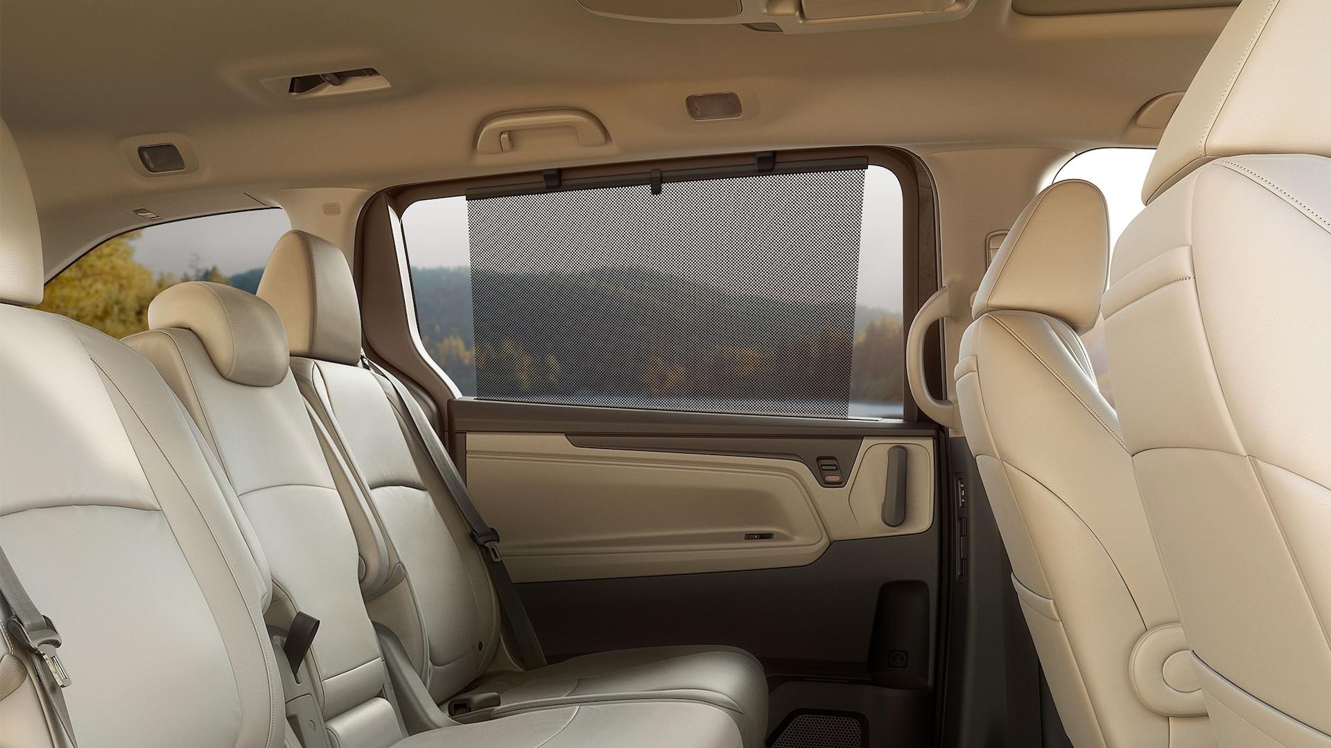 Detalle del parasol de la ventana trasera en la Honda Odyssey Elite2020 con Beige Leather.
