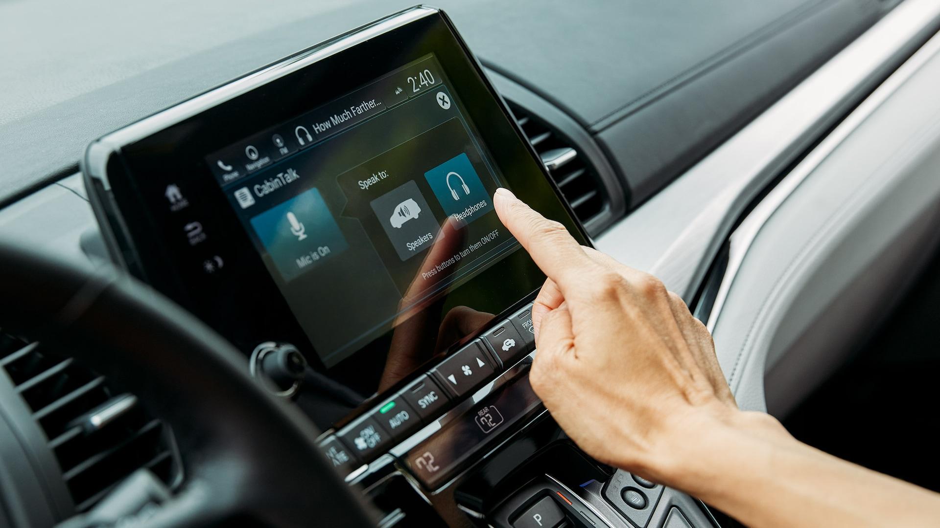 Detalle de la pantalla táctil de 8pulgadas del sistema de audio en la Honda Odyssey Elite2020 con Gray Leather.