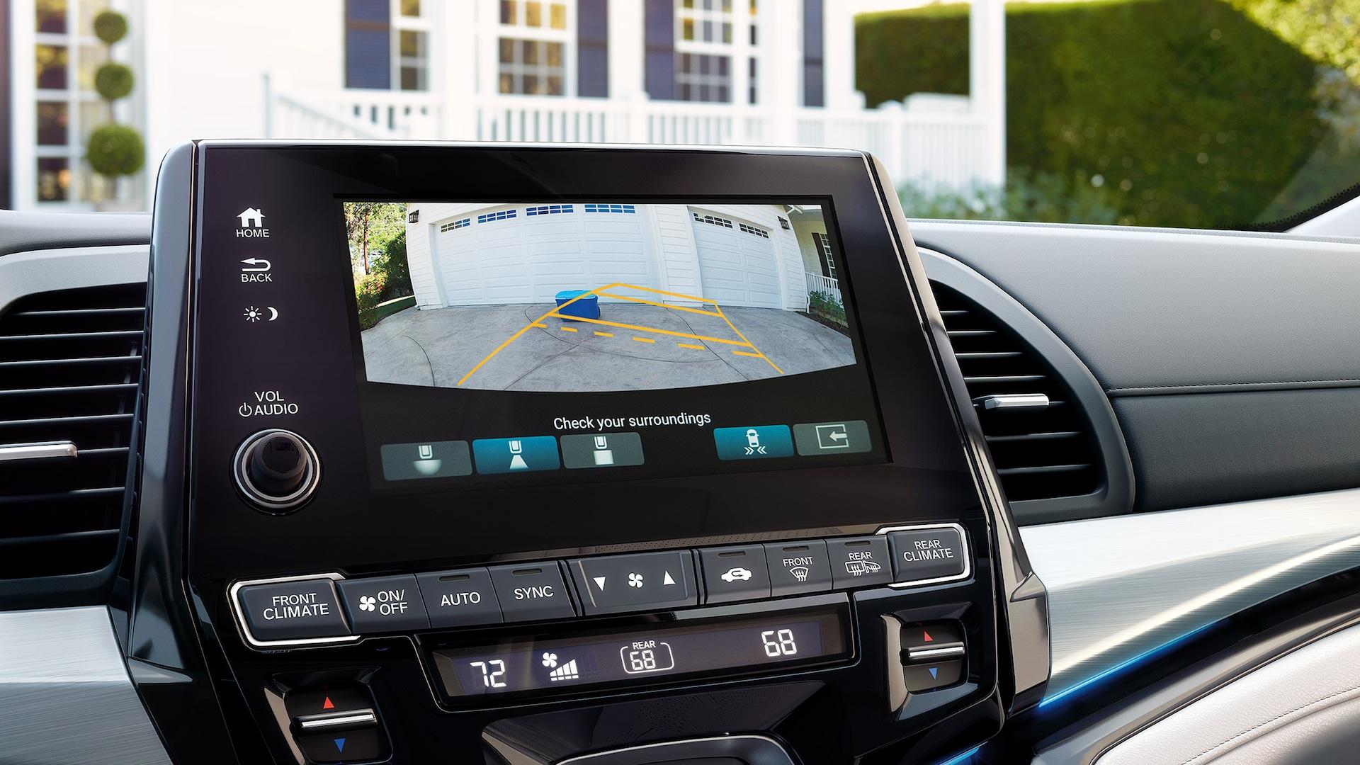 Detalle de la cámara de reversa multiángulo en la pantalla táctil de 8pulgadas del sistema de audio en la Honda Odyssey Elite2020 con Gray Leather.