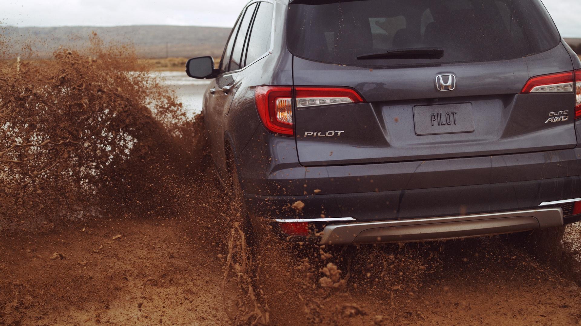 Honda Pilot conduciendo por el lodo.