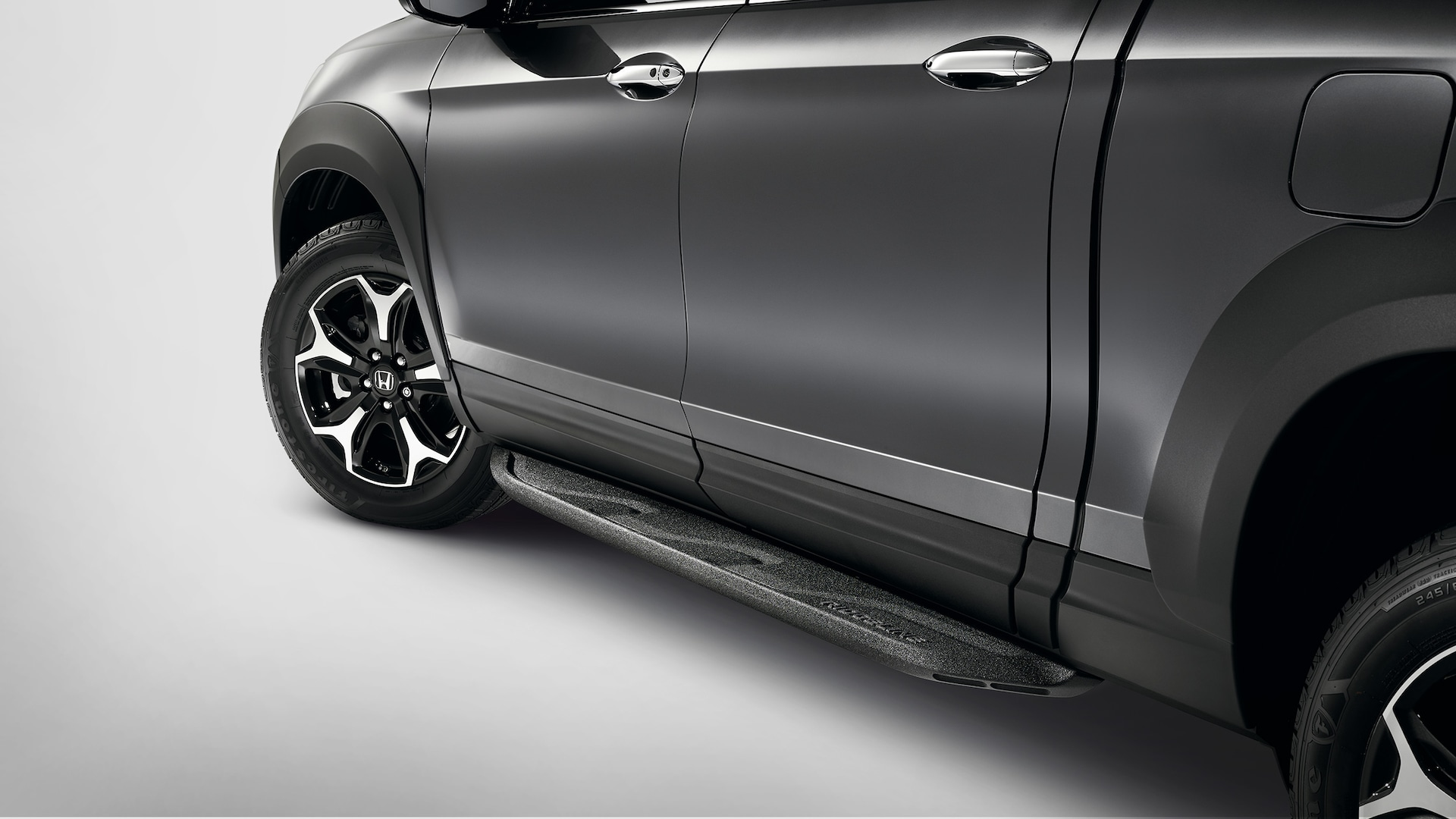 Black running-board detail on the 2020 Honda Ridgeline RTL-E in Modern Steel Metallic.