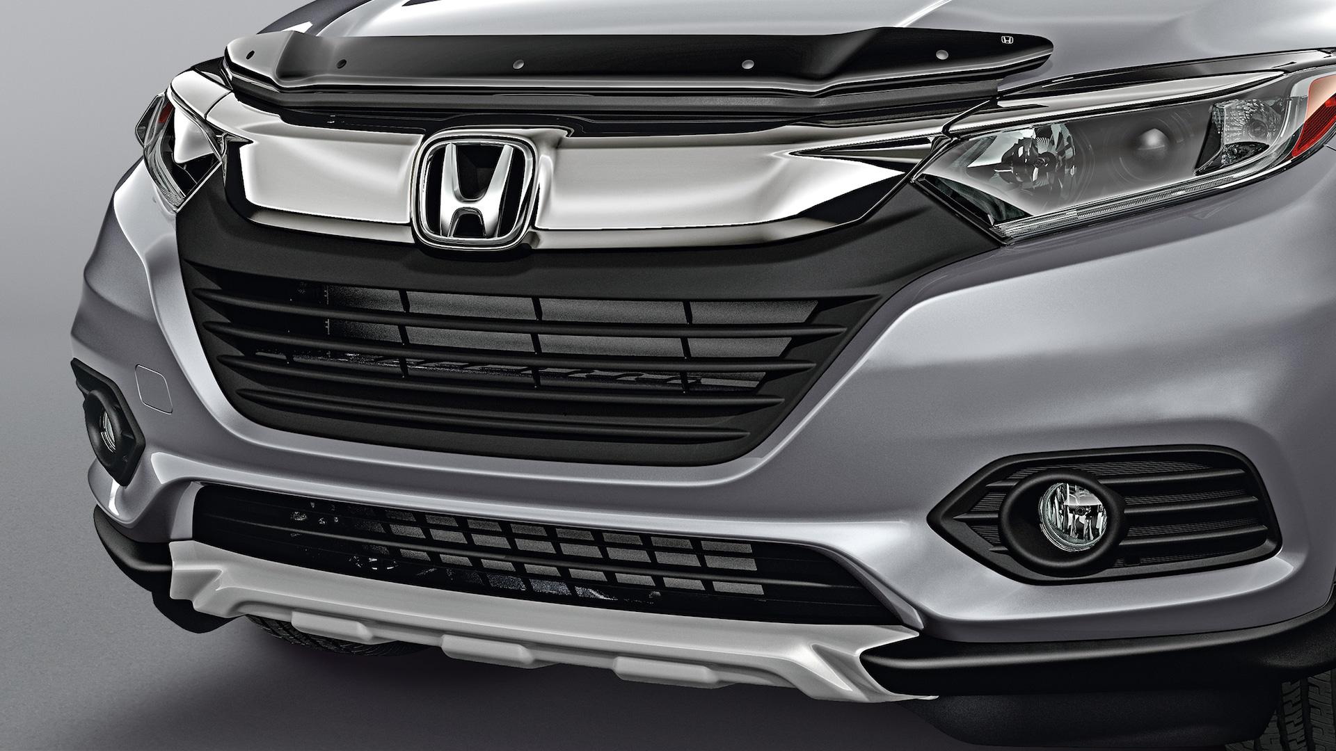 Detalle de la decoración del paragolpes delantero en la Honda HR-V Sport 2021 en Lunar Silver Metallic.