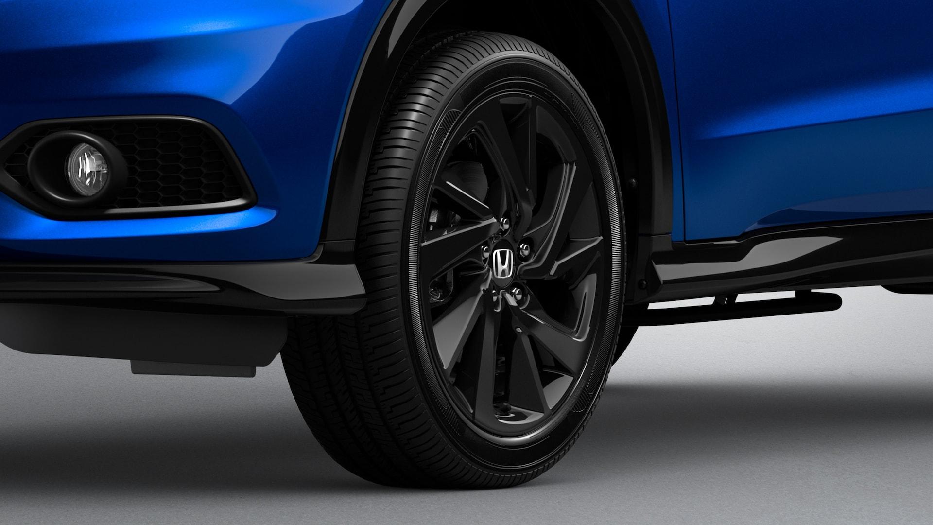 Detalle de las ruedas de aleación de 18 pulgadas de la Honda HR-V Sport 2021 en Aegean Blue Metallic.