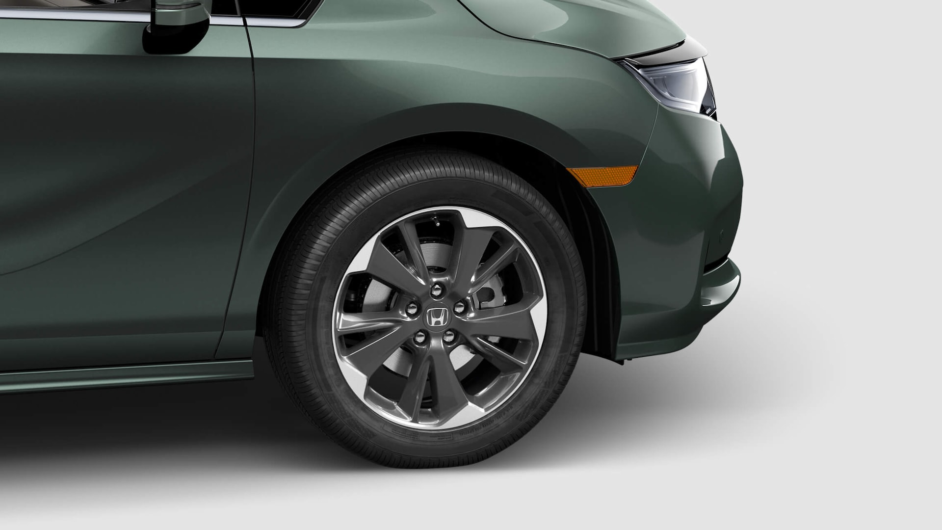 19-inch alloy wheel detail on the 2021 Honda Odyssey Elite in Forest Mist Metallic.