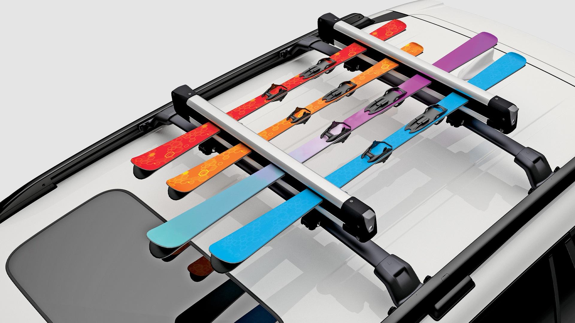 Detalle del accesorio portaesquís/portatablas de snowboard en la Honda Passport Elite2021 en Lunar Silver Metallic.