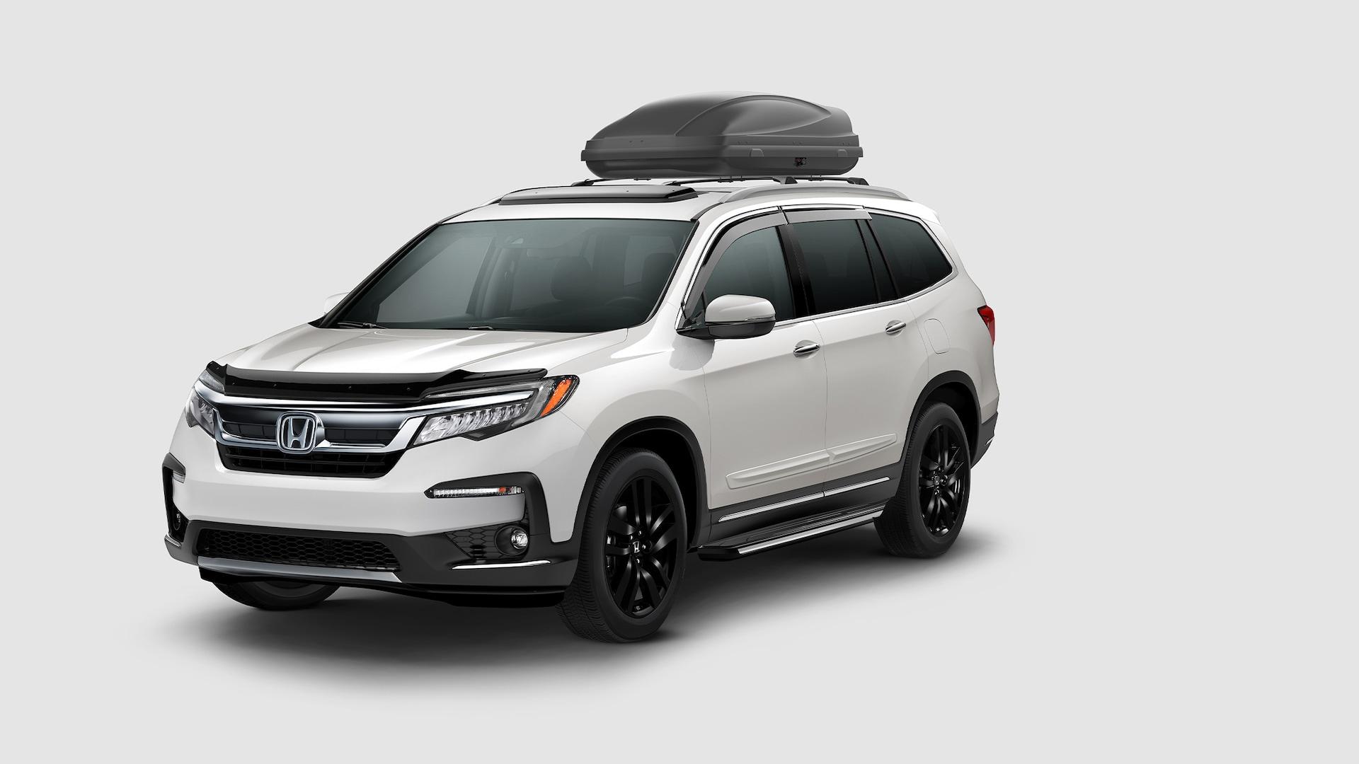 Vista frontal desde el lado del conductor de la Honda Pilot Special Edition2021 en Platinum White Pearl.